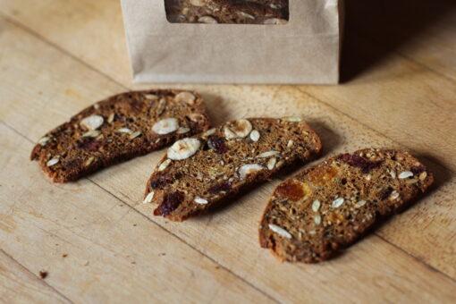 kimmys-krakkers-dried-fruit-hazelnut-rosemary-gourmet-crackers-detail